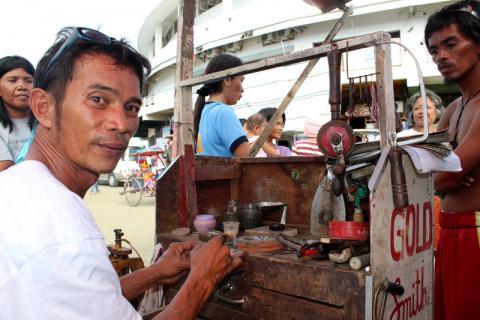 Benjie Amores, orfèvre en résidence au Centre des congrès de Tacloban © OIM 2014 (Photo de Joe Lowry)