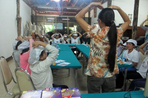 A behaviour change communication workshop conducted in Chiang Mai province at the migrants' work place. © IOM 2014