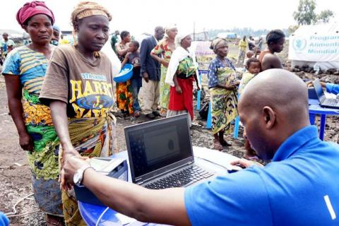 IOM staff assists internally displaced persons (IDPs) at a site in North Kivu, eastern Democratic Republic of the Congo (DRC). © IOM 2015
