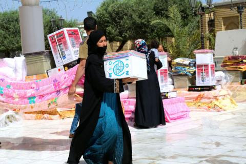 Beneficiary receives non-food item kit at an IOM distribution in Al Adhamia area, Baghdad, Iraq. ©IOM 2015
