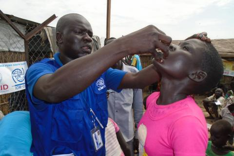 IOM administers oral cholera vaccine at the Bentiu Protection of Civilians site in South Sudan. © IOM 2015
