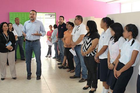 Cérémonies de coupe de rubans pour la rénovation du Centre de protection de l'enfance géré par l'Institut salvadorien pour le développement de l'enfance et de la jeunesse (ISNA) au Salvador. © OIM 2015.