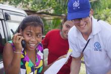 Una muchacha micronesia en las prácticas para transmitir, por código fonético, un mensaje radiofónico en el campamento denominado Las Chicas Dirigen Nuestro Mundo – GLOW Micronesia. Dar Pingelap/OIM 2014