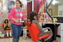 """""""La peluquería es un santuario del mundo exterior, de la locura que nos rodea. Una mujer puede entrar aquí y olvidar las preocupaciones como la violencia, los enfrentamientos, la guerra…"""", afirma Nawal."""