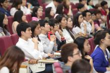 Desde que el Secretario General de las Naciones Unidas Ban Ki-moon, el Presidente del Banco Mundial Jim Yong Kim, y el Director del Banco Mundial Jaehyang So pasaron a ser modelos para la juventud, los estudiantes coreanos demuestran gran interés en las organizaciones internacionales © OIM 2014