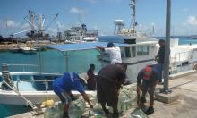 El personal de la OIM carga el agua potable para transportarla a zonas afectadas por la sequía en el Norte de las Islas Marshall