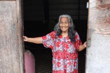 Madeline Taribwij, de 78 años de edad, es la residente más anciana de la Isla Taroa, en la República de las Islas Marshall, donde la OIM ha suministrado asistencia alimentaria de emergencia, con el apoyo de USAID y las Naciones Unidas. © OIM/Joe Lowry 2013