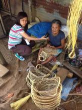 Una anciana que vive en Maribojoc, una zona de Bohol especialmente damnificada por el terremoto que destruyó la región el pasado octubre, explica cómo le afectó el desastre (fotografía de Aaron Aspi)
