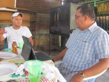 Tony, uno de los 20 beneficiarios elabora con el apoyo de la OIM, un plan de negocios el cual sería implementado para garantizar el éxito del mismo.  © IOM 2013