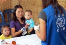 Ma Lay Lay, de 24 años, y sus hijos, Labur Paw, de 3 años, y Ywar Mar Ser, de 11 meses, son examinados por una enfermera de la OIM en el campamento de Mae La. Es la refugiada número 100.000 en recibir asistencia para abandonar Tailandia, operación a gran escala reanudada por la OIM en 2004. © OIM 2012