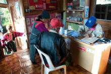 Los aldeanos en las consultas en el dispensario de salud de la OIM situado al Norte de Tailandia. OIM/ Thierry Falise 2010
