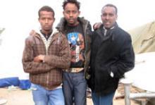 Somali migrants fleeing Libya at the Ras Djadir border-crossing. © IOM 2011