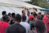 IOM Costa Rica Chief of Mission Roeland de Wilde explains the options to stranded migrants. Photo: IOM / Jorge Gallo