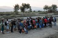 Migrants lining up to cross the Greek border with the Former Yugoslav Republic of Macedonia (FYROM) (File photo). © IOM/Amanda Nero 2015