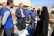 IOM Iraq Chief of Mission Thomas Lothar Weiss (center) talks to a beneficiary of IOM's livelihood assistance package. Photo: IOM
