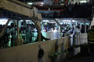 Las fuerzas marítimas de Italia llevaron a cabo operaciones de rescate de migrantes en peligro en el Mar Mediterráneo a lo largo del jueves 16 de abril. © Francesco Malavolta/IOM 2015