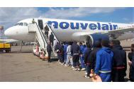 Migrantes nigerianos abordan un avión en Libia. Foto:OIM