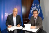 IOM Peru Chief of Mission José Iván Dávalos Saravia (right) and the General Manager of SURA Asset Management Jorge Ramos Raygada (left) sign an interinstitutional cooperation agreement that will allow the design and implementation of joint actions aimed at preventing trafficking in persons. Photo: IOM 2016
