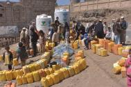 People queue to fill containers with water from a tank in Sana'a, Yemen. Photo: UNICEF / Algabal 2017