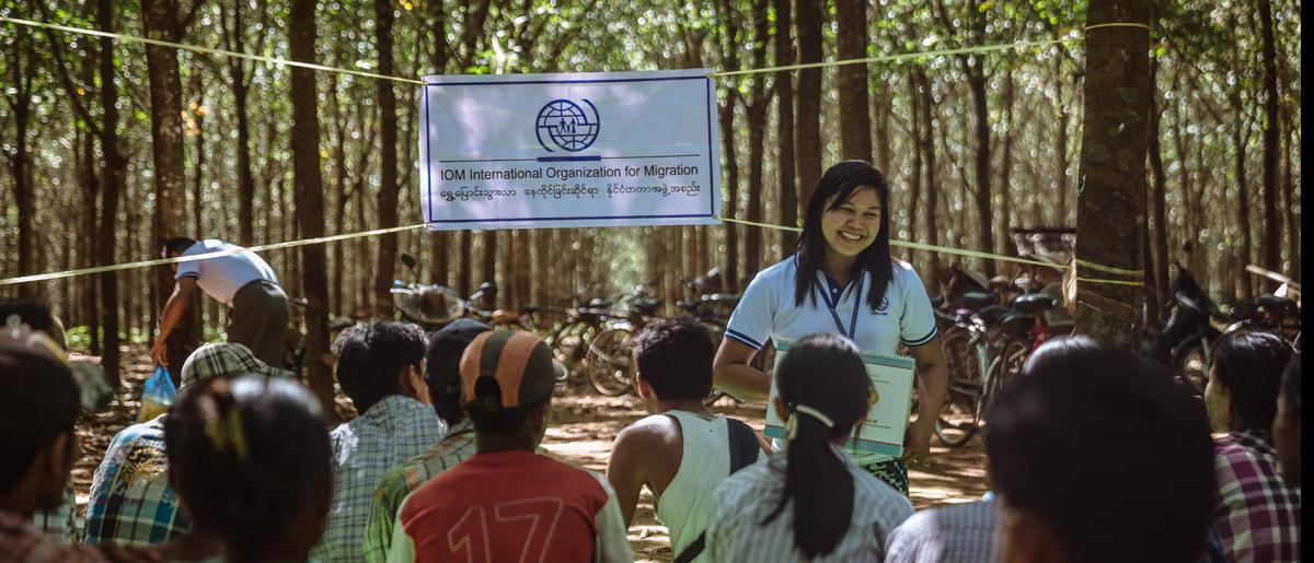 IOM Mawlamyine staff provide health education for rubber plantation workers in Mudon Township, Mon State, Myanmar. © IOM / Muse Mohammed 2016