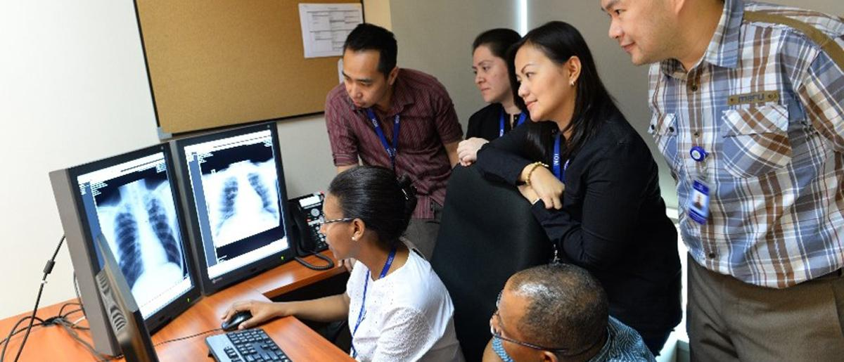 Radiologists during the regular CXR image viewing session. © IOM 2016