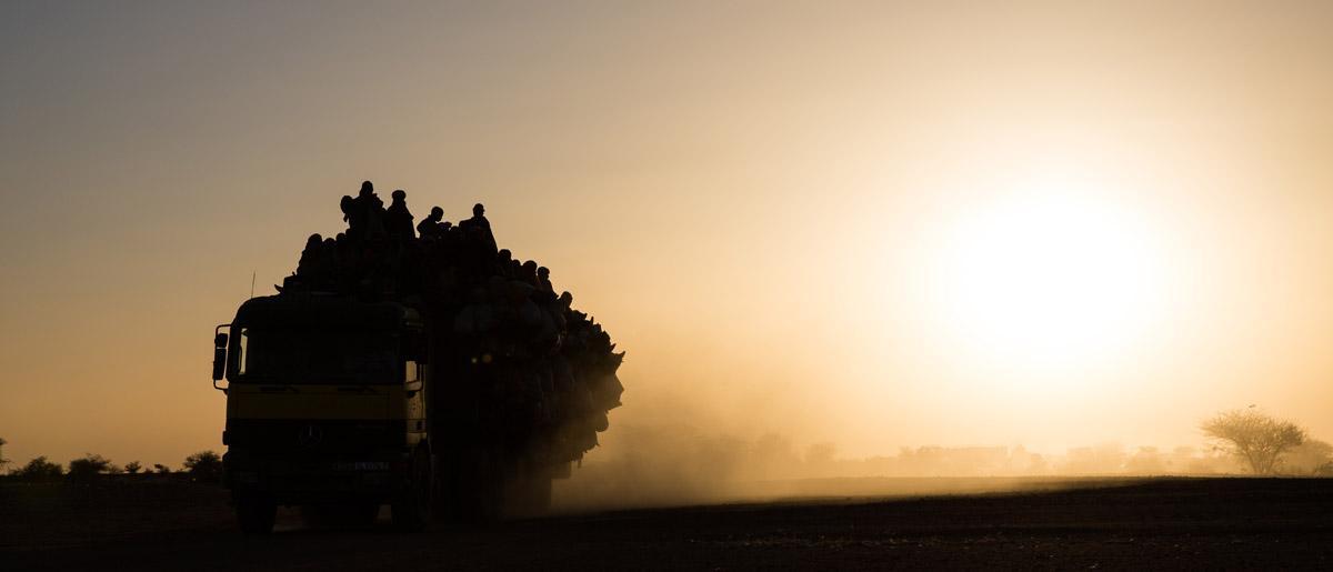 <br/>Agadez, Niger: Un camion chargé de migrants quitte Agadez, carrefour du Sahara pour les migrants d'Afrique de l'Ouest se rendant en Libye, en Algérie et en Europe, en direction de Tourayat. Le périple entre Tourayat et la Libye peut durer plus de deux jours à travers le désert. En 2015,  l'OIM au Niger a enregistré et aidé plus de 7 000 migrants à Agadez. Photo: OIM/Amanda Nero