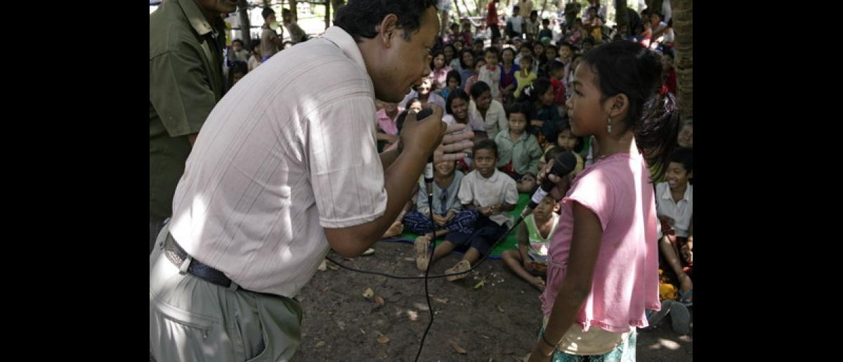 IOM organising a video presentation about trafficking issues in a village community. Photo: @John Vink / Magnum Photo / IOM 2006