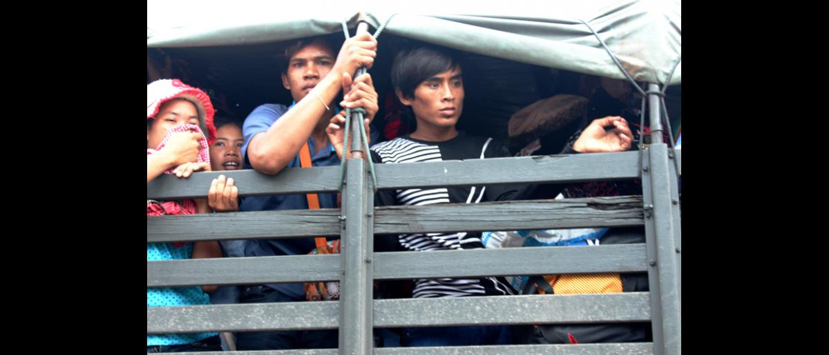 Migrants arriving back at Cambodia from Thailand at Poi Pet border crossing. © IOM 2014 (Photo by Joe Lowry)