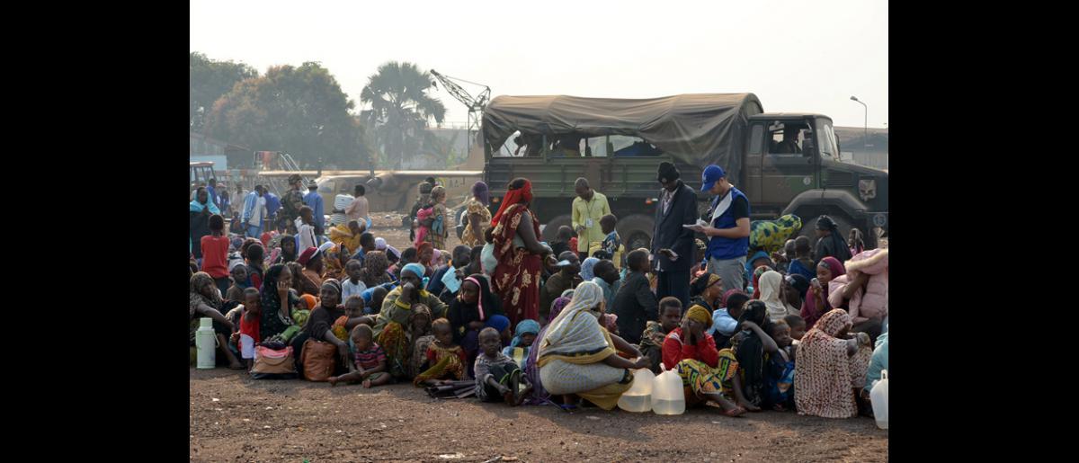 L'OIM continue de gérer un dispensaire mobile au centre de transit de l'aéroport militaire et dans des sites de déplacement aménagés autour de Bangui. © OIM 2014 (Photo d'Anne Schaefer)