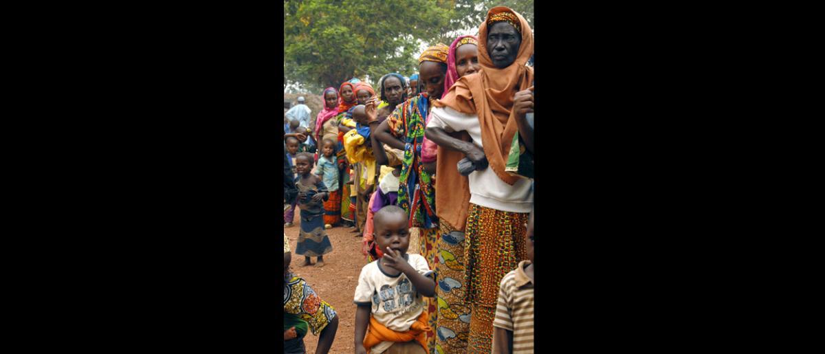 Migrants attendant de recevoir une assistance médicale au dispensaire géré par l'OIM, au centre de transit de l'aéroport militaire et dans des sites de déplacement aménagés autour de Bangui. © OIM 2014 (Photo de François Goemans)