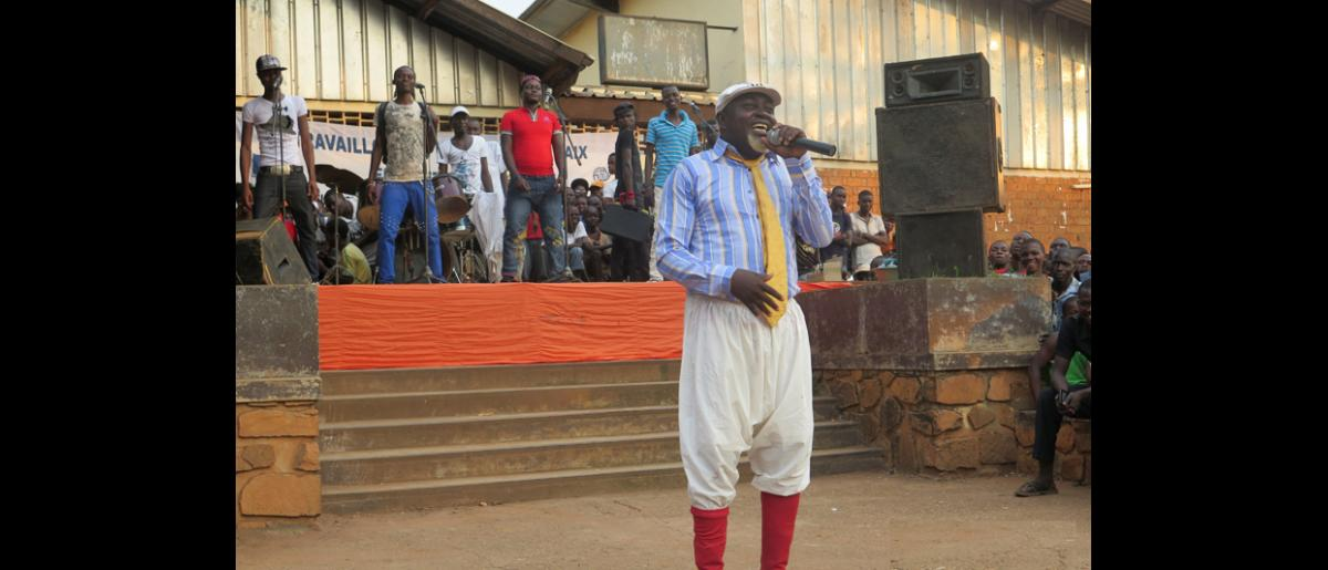 The well-known Central African comedian Dr. Mandjeke was the closing act. His organization planned the event, from proposing the location, launching an advertising campaign, and organizing logistics on the day of the event. Dr. Mandjeke sang, rapped, and danced while promoting a message of accepting difference among all Central Africans. © IOM 2014 (Photo by Nina Papachristou)