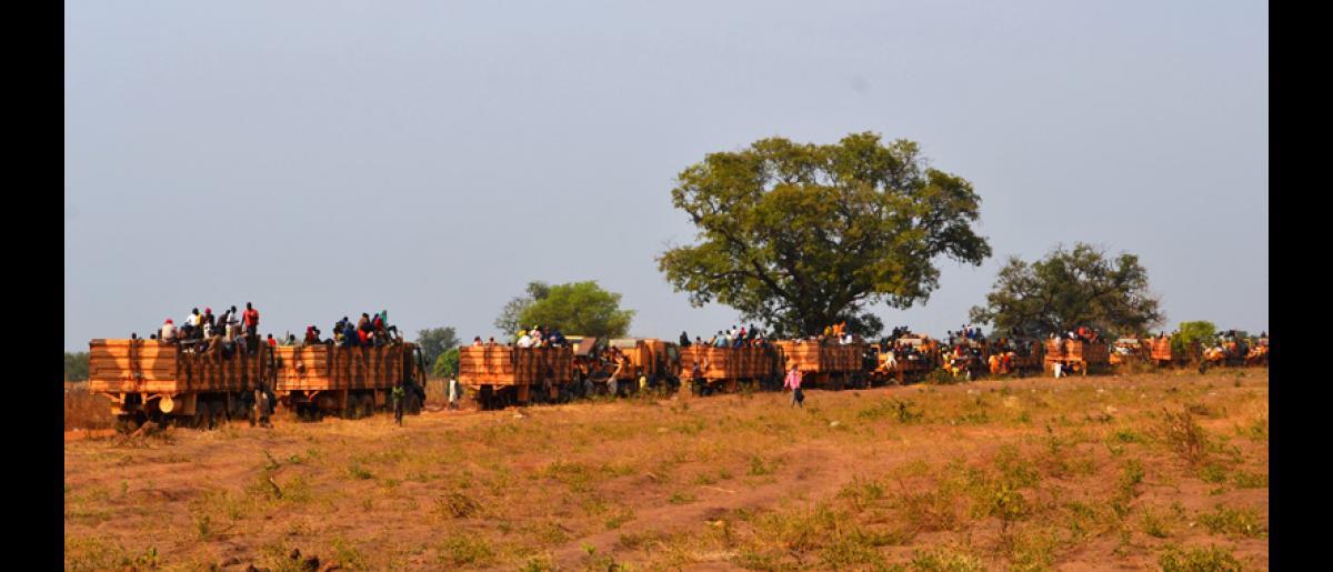 Convoi militaire à Sido (Tchad) transportant des migrants tchadiens de retour de RCA. © OIM 2014 (Photo de Craig Murphy)