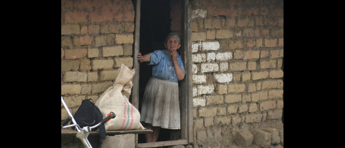 Micoahumado (Bolívar) un asentamiento urbano en el municipio de Morales, situado en el sur de Bolívar, fue atacado varias veces por el Bloque Central Bolívar de las Autodefensas Unidas de Colombia (AUC). En 2002, en su afán por lograr la paz, se creó una Asamblea Popular Constituyente. © Archivos de Fucude.