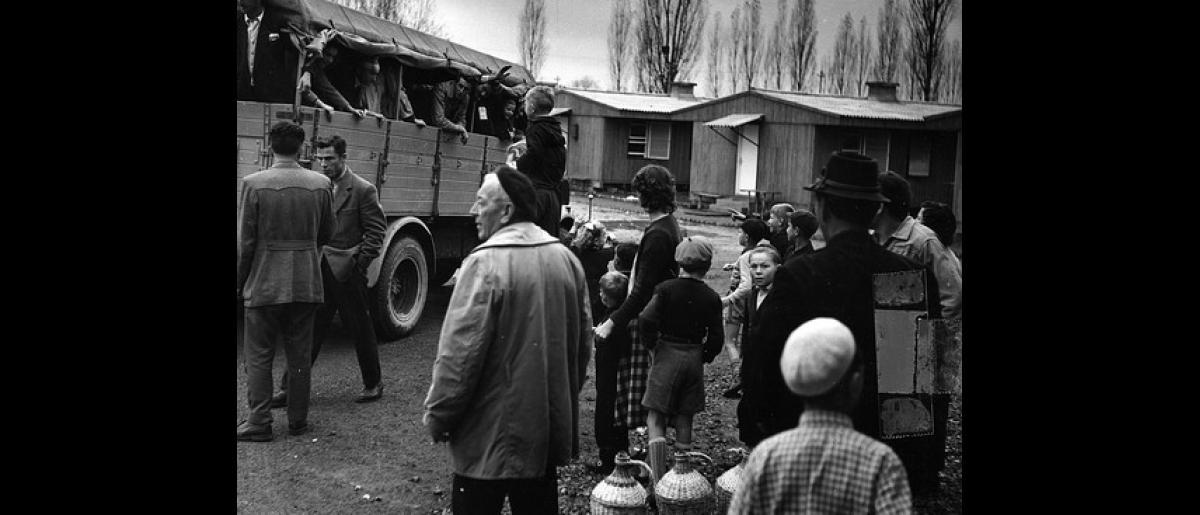 Hungarian refugees prepare to depart Osijek. Photo © IOM 1957 – HYU0027
