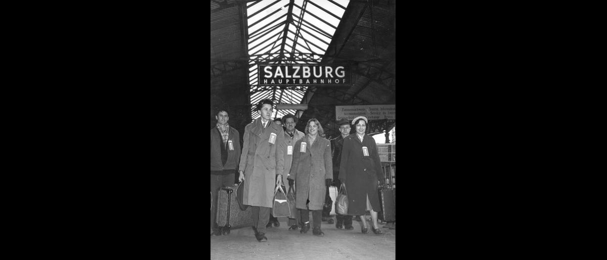 Happy refugees arrive at Salzburg station to board an ICEM arranged train for Genoa. The 132 Hungarian, Yugoslav and Austrian emigrants will sail from there aboard the SS Flaminia for Australia and New Zealand. Photo © IOM 1958 – HAT0233