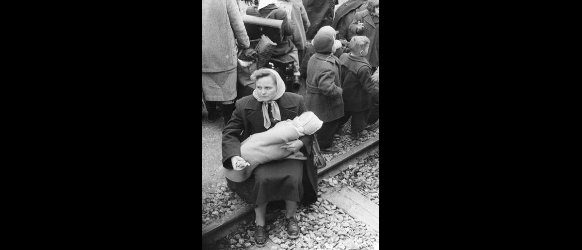 Hungarian refugees wait for train transport to Switzerland. Photo © Franz Fink 1957 – HAT0379