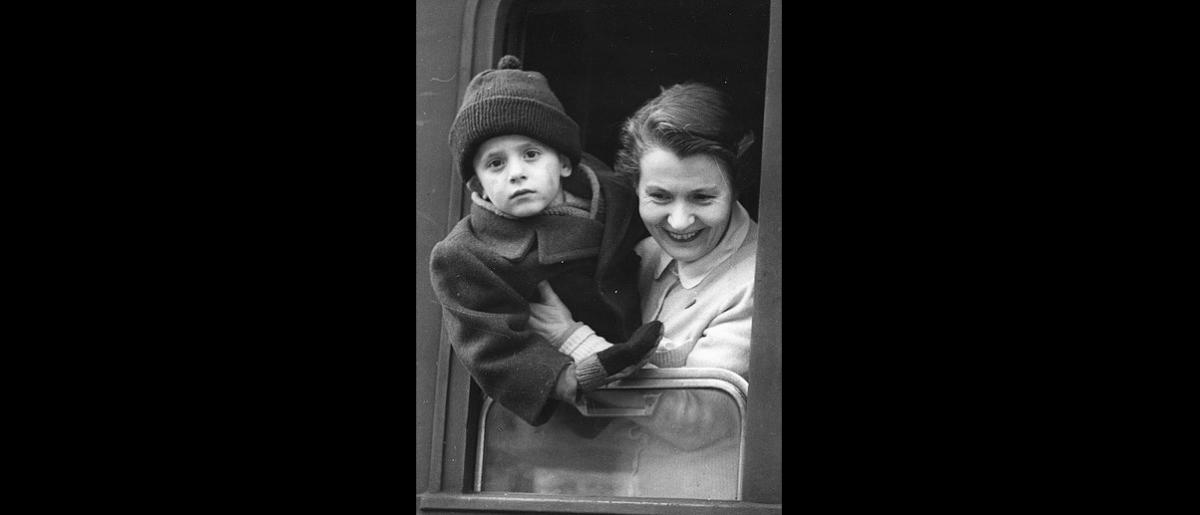 Hungarian refugees wait for train transport to their destination country. Photo © Unknown 1957 – HAT0380