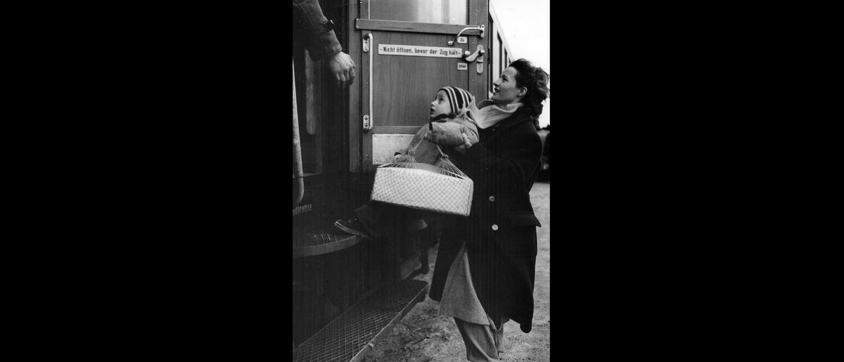 Hungarian refugees for Paris, 1956. Photo © Guy de Belleval 1956 – HAT0529