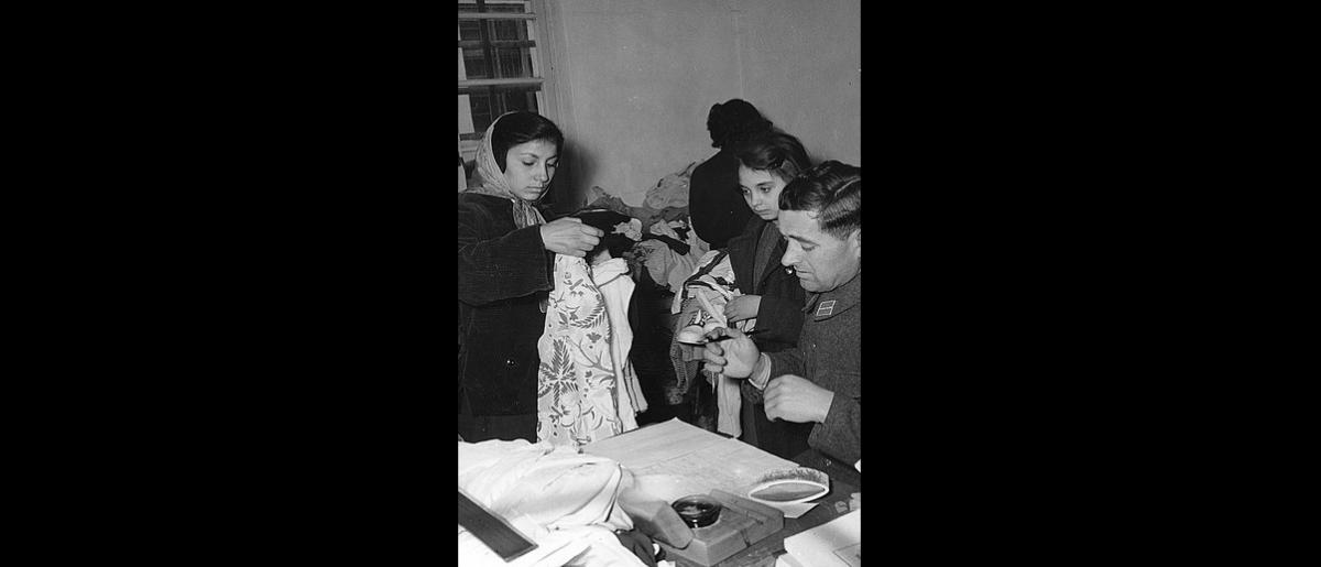 Hungarian refugees in the reception center in Melenci receive clothing donated by the Red Cross. Photo © IOM 1958 – HYU0038