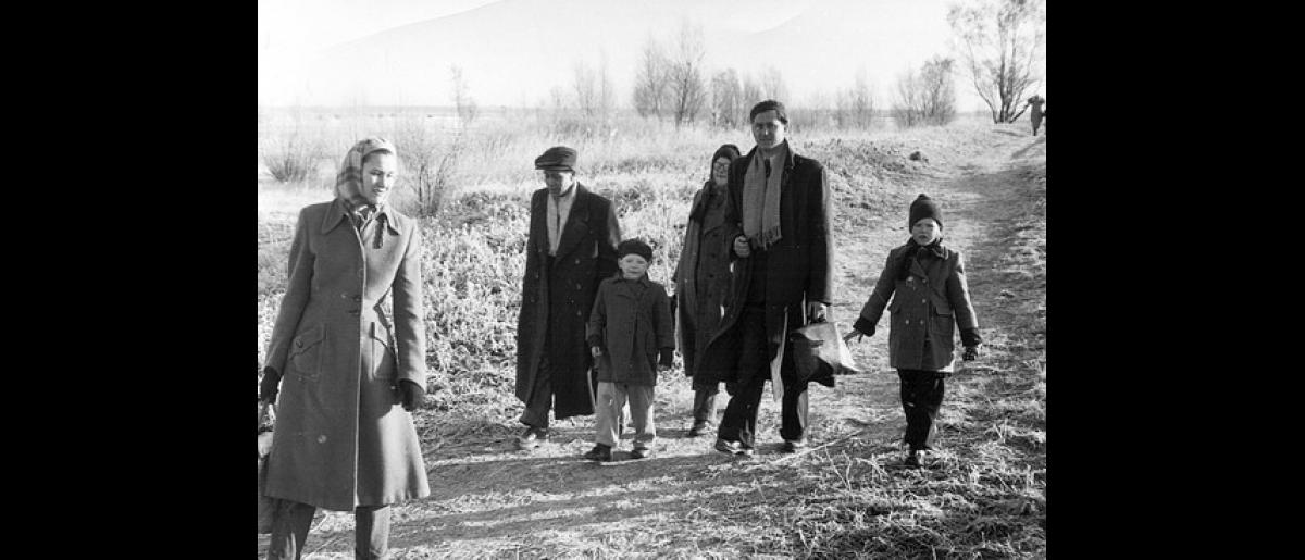 Hungarian escapees flee with all they can carry to Austria. Photo © 1956 – HAT0280