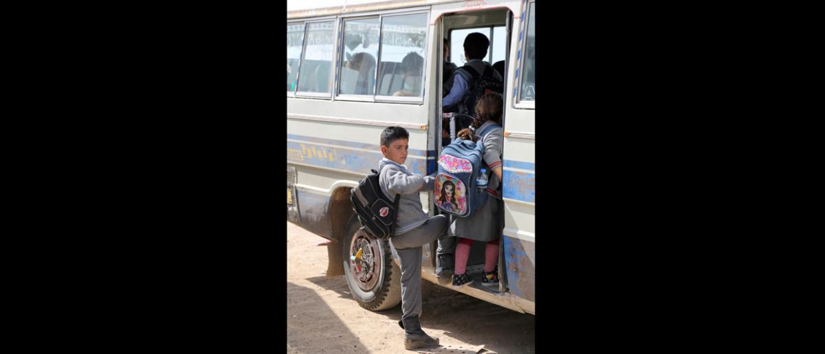 Des centaines de familles syriennes vivant dans des camps ont du mal à scolariser leurs enfants. Afin de remédier à ce problème, l'OIM a mis sur pied un projet de transport scolaire quotidien par autobus. Avant son lancement, de nombreux enfants n'avaient d'autre choix que de rester à la maison. © OIM 2014