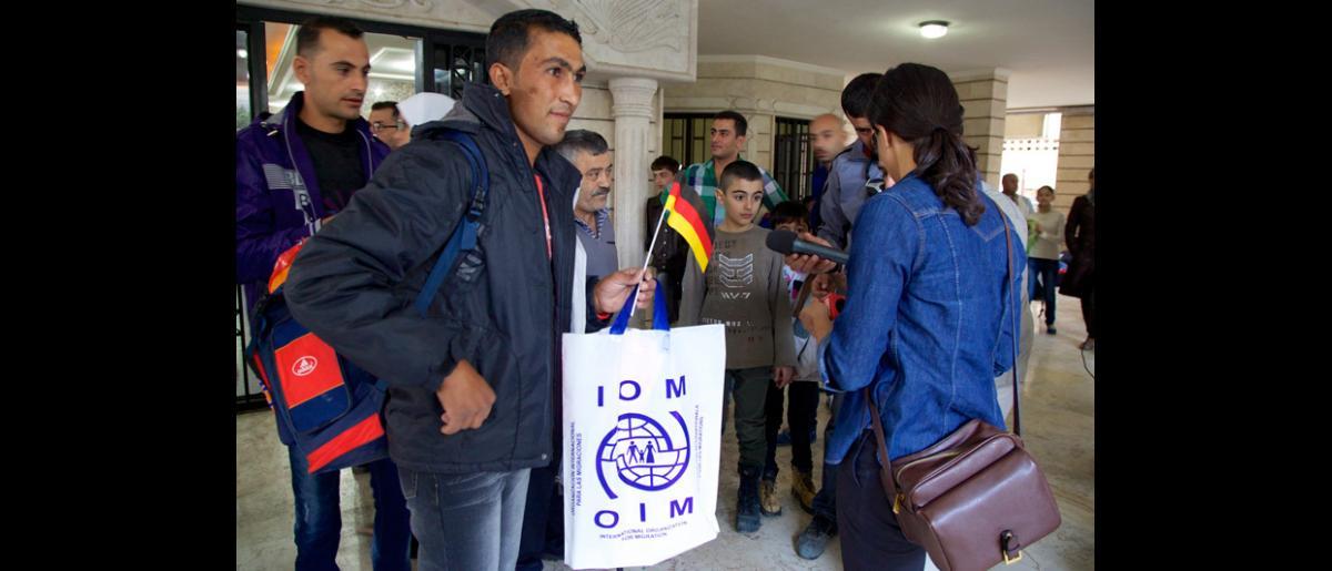 Este joven, que viajaba solo, se contó entre los 67 adultos y 39 niños que partieron en el vuelo a Alemania el 10 de octubre de 2013. © OIM 2013 (Fotografía de Remi Itani)