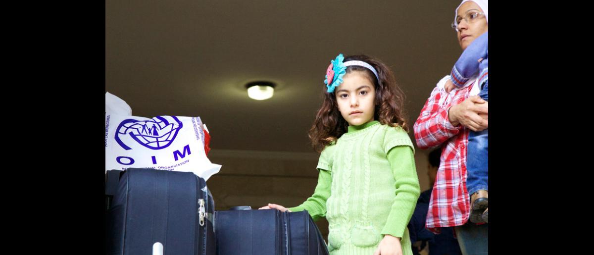 Aunque la mayoría de los pasajeros expresó su entusiasmo ante la idea de marcharse por fin a Alemania, también era consciente de que echaría de menos a sus comunidades y a sus familiares que permanecerían en el Líbano. © OIM 2013 (Fotografía de Remi Itani)