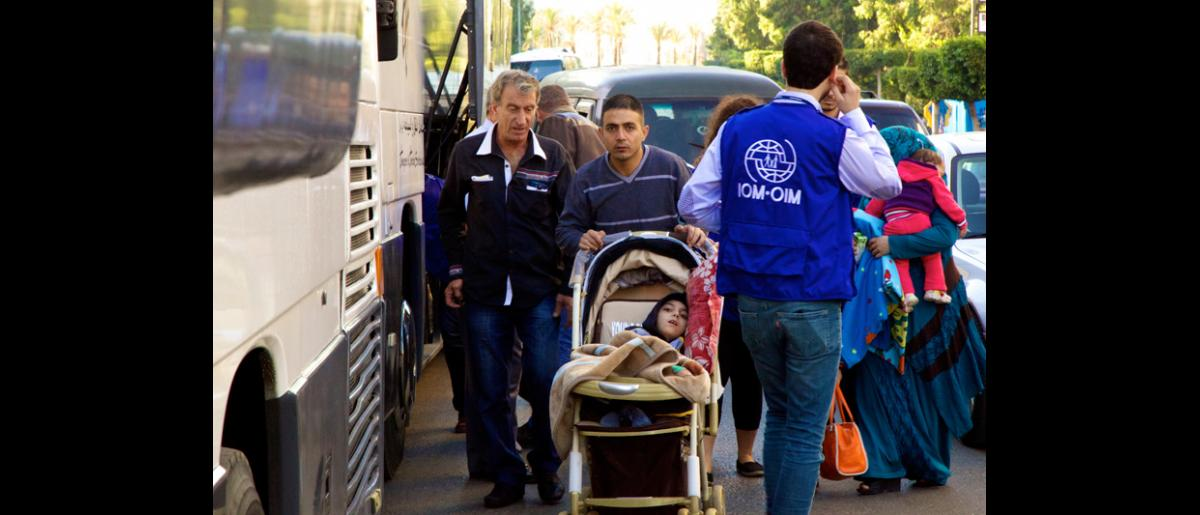 Los pasajeros estaban autorizados a transportar 20 kilos de equipaje por persona, para algunos, ello representaba mucho más de lo que llevaban consigo al huir de Siria. © OIM 2013 (Fotografía de Remi Itani)