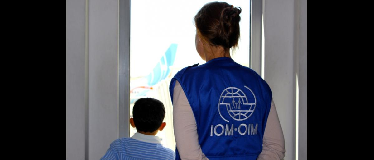 Hubo un gran alborozo cuando los niños vieron que el avión se aproximaba a la puerta de embarque. Este fue un vuelo operado por Jordanian Airways. © OIM 2013 (Fotografía de Samantha Donkin)