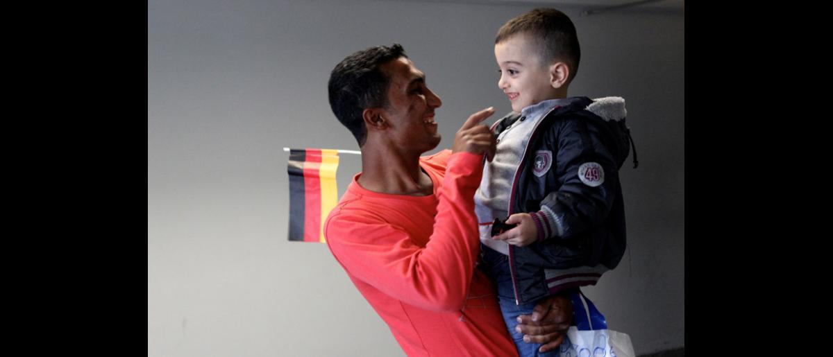 En los próximos doce meses, en el marco del Programa de Admisión Humanitaria auspiciado por el Gobierno de Alemania, la OIM organizará el transporte por vía aérea, desde el Líbano hasta Hanóver (Alemania), de unos 4.000 refugiados sirios. © OIM 2013 (Fotografía de Samantha Donkin)