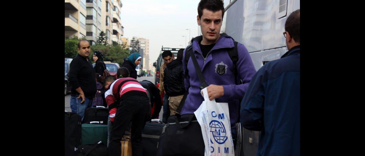 Un joven proveniente de Aleppo viaja a Fráncfort para vivir con su hermano. Aunque está agradecido al Gobierno alemán por brindarle esta oportunidad, le preocupa su familia que permanecerá en Siria. © OIM 2013 (Fotografía por Samantha Donkin)