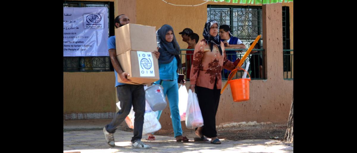 L'OIM distribue des fournitures de secours non alimentaires consistant en des trousses d'hygiène et d'autres articles ménagers essentiels à des bénéficiaires vivant dans trois abris collectifs de la région de Sarafand, dans le sud du Liban. © OIM 2013