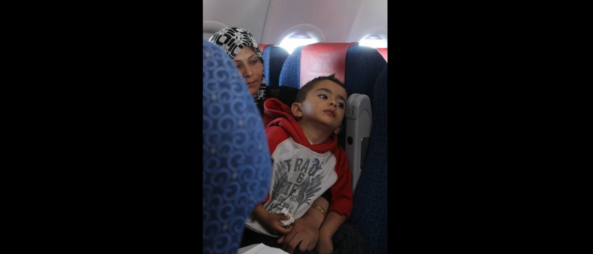 Aziza, madre de cinco hijos que huyó de Aleppo hace más de dos años, comenta al personal que su principal preocupación es proporcionar una educación a sus hijos. © OIM 2013 (Fotografía de Samantha Donkin)