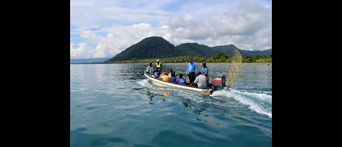 Une équipe de l'OIM en route pour le village isolé de Labu Tale, dans le nord de la Papouasie Nouvelle Guinée, où l'Organisation met en œuvre un programme de gestion des risques de catastrophe à l'échelle locale. © OIM 2014 (Photo de Joe Lowry)